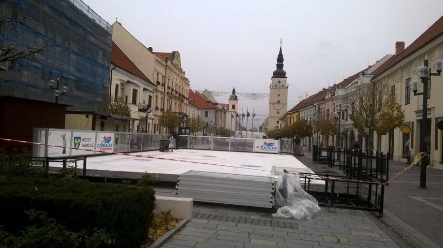 Aj tento rok má Trnava svoje klzisko na Hlavnej ulici, foto 1