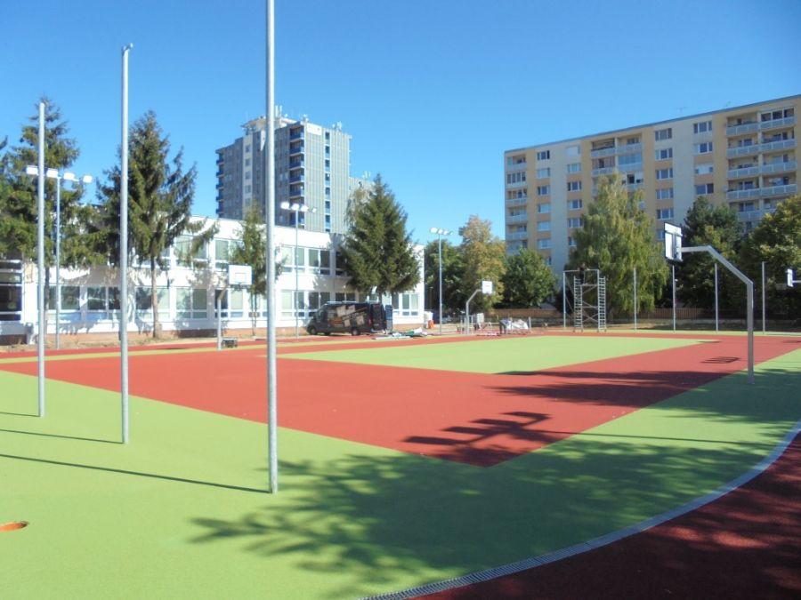 Základná škola na Atómovej ulici má nové ihrisko, dnes ho slávnostne prevzali od mesta, foto 2