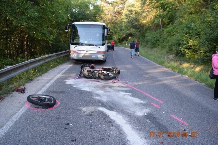 Na ceste za obcou Banka došlo k závažnej nehode 33-ročného motocyklistu a dodávky, foto 3