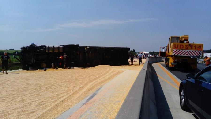 Kamión prevážajúci kukuricu pravdepodobne dostal defekt, nehoda na D1 ochromila dopravu, foto 1