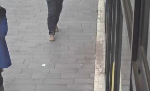 Policajti pátrajú po mužovi na fotografiách, žiadajú verejnosť o pomoc pri identifikácii