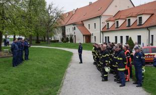 Profesionálni aj dobrovoľní hasiči z Trnavského kraja sa cvičili na hrade Červený Kameň