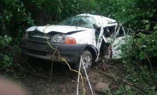 Po tragickej nehode v okr. Galanta skončilo auto v priekope, posádku museli vyslobodzovať