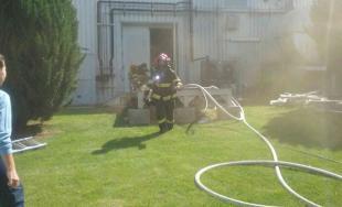 Hasiči sa snažia dostať pod kontrolu rozsiahly požiar v hale v Dunajskej Strede