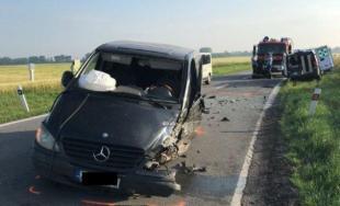 Týždeň na cestách odštartovala dopravná nehoda zdravotníckeho mercedesu, zranili sa 3 osoby
