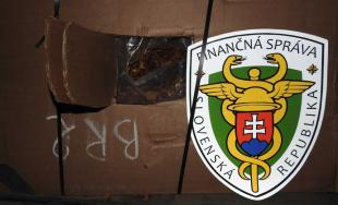 Colníci zadržali kamión s takmer 12 tonami nelegálnej tabakovej suroviny