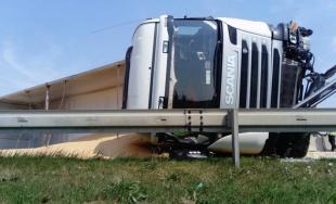 Kamión prevážajúci kukuricu pravdepodobne dostal defekt, nehoda na D1 ochromila dopravu